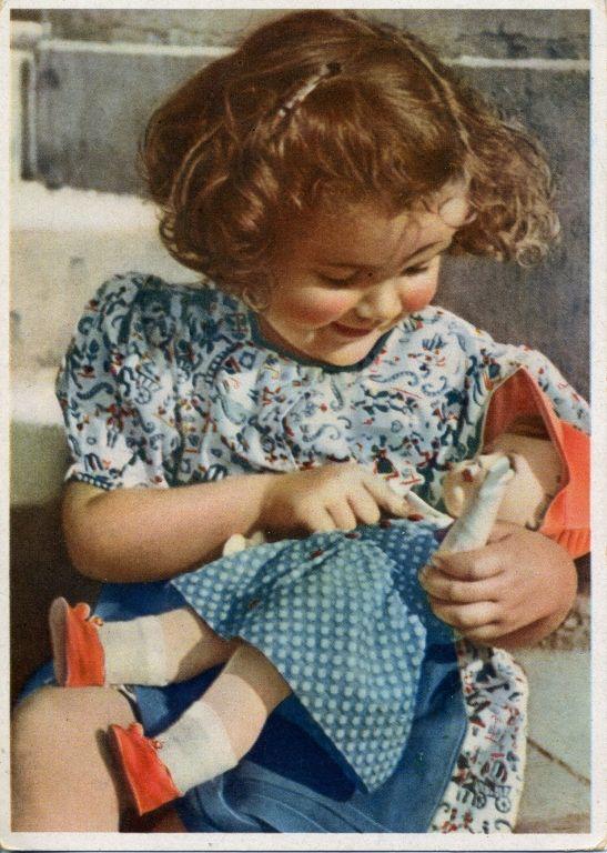 Девочка с куклой открытка 23